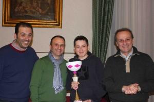 Il vincitore Gianluca Savalla premiato dal sindaco di Trapani Giacomo Tranchida, dal Delegato FSI Trapani Giuseppe Cerami e dal Presidente Amici della Scacchiera Erice Gianni Gigante.